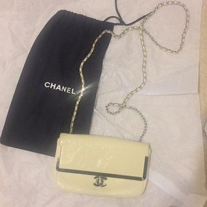 Gorgeous CHANEL crossbody ivory patent leather bag